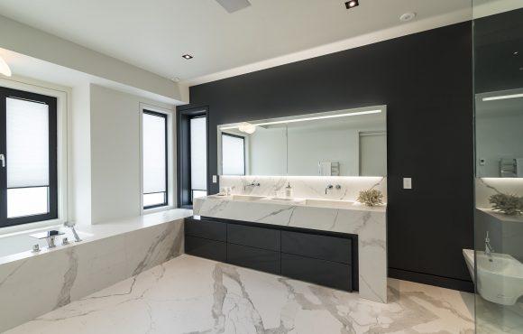 Baños con Bianco Statuario Lucidato y detalles en negro