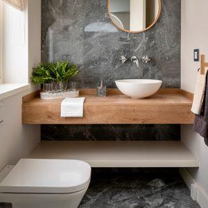 Las superficies Laminam en proyectos de baño